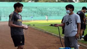 Arema FC jaga protokol kesehatan / Foto: LIB