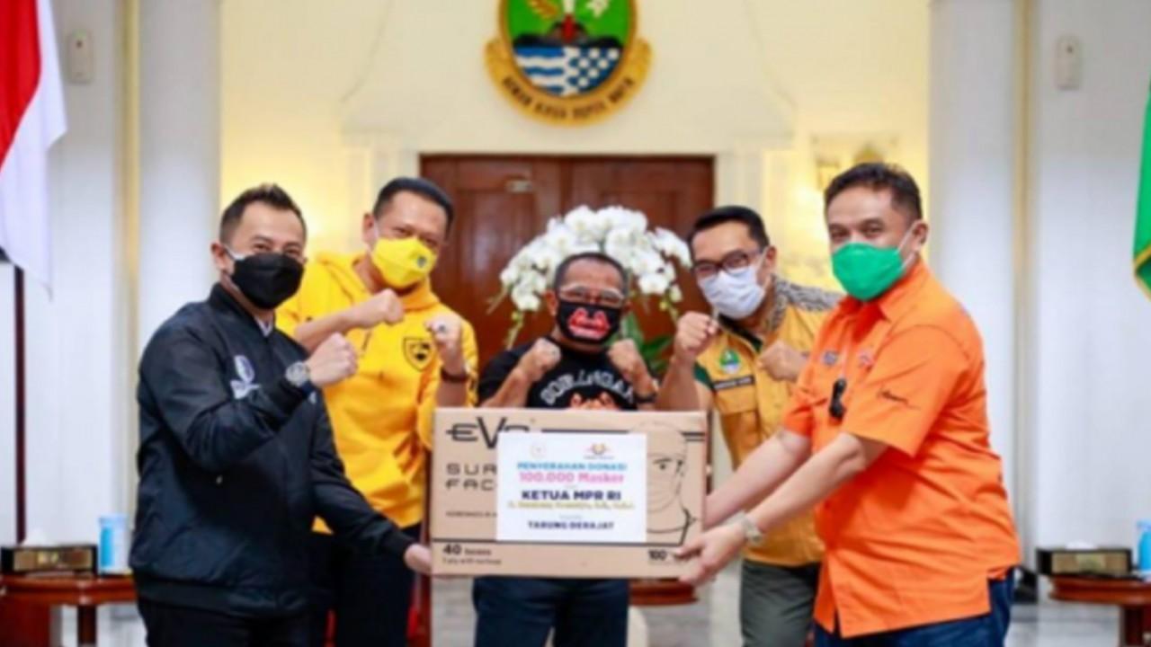 Bambang Soesatyo, Ketua MPR RI serahkan bantuan 15 ribu paket sembako dan 100 ribu masker.