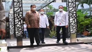 Menko Perekonomian Airlangga Hartarto bersama Menpora Zainudin Amali dan Ketum PSSI, Mochamad Iriawan-1632824684