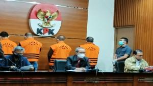Dodi Reza Alex Noerdin bersama tiga tersangka lainnya (memakai rompi oranye)  usai diperiksa KPK-1634382063