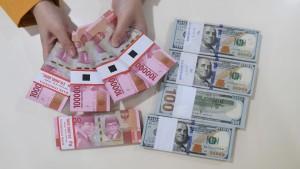 Ilustrasi uang kertas Rupiah dan Dolar AS-1633944346