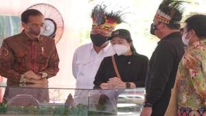 Ketua DPR RI Puan Maharani (tengah) bersama Presiden Joko Widodo dalam kunjungan kerja ke Papua-1633180377