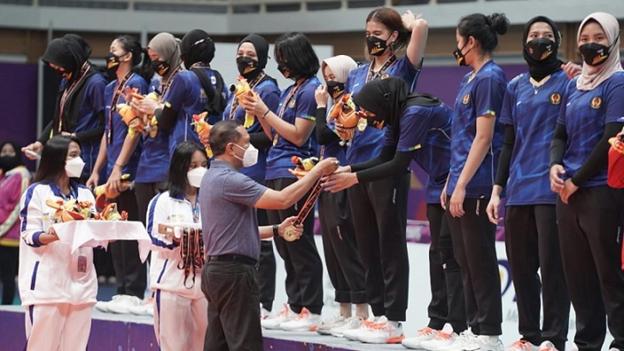 Menpora Zainudin Amali memberikan medali kepada atlet bola voli