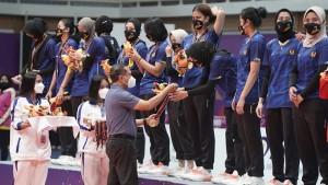 Menpora Zainudin Amali memberikan medali kepada atlet bola voli-1634050775