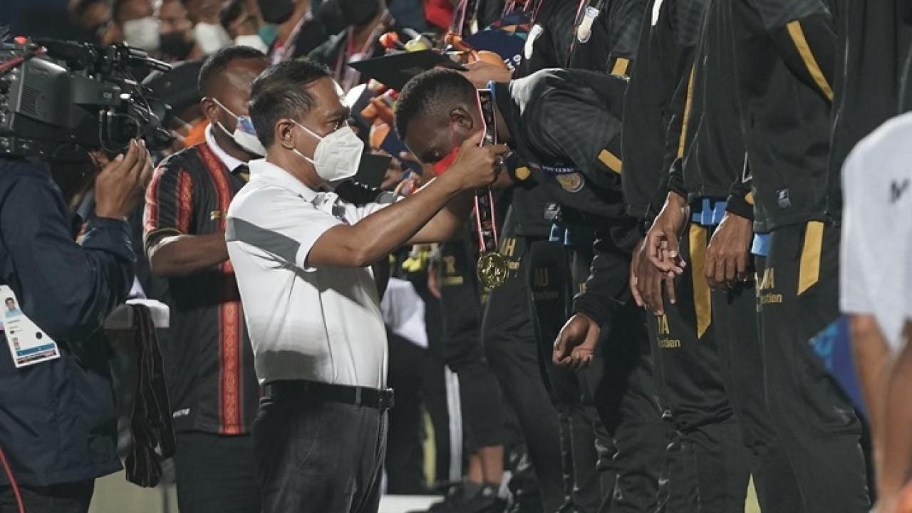 Menpora Zainudin Amali memberikan medali kepada tim sepak bola Papua