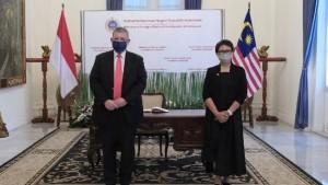 Menteri Luar Negeri Malaysia Saifuddin Abdullah (kiri) dan Menlu RI Retno Marsudi-1634548761