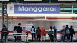 Para penumpang sedang menunggu kereta di Stasiun Manggarai-1633843944