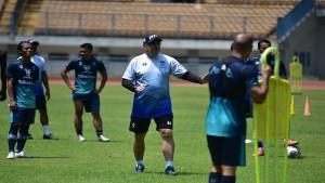 Pelatih Robert Alberts bersama skuad Persib-1633600418