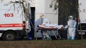 Petugas medis di Rusia sedang membawa pasien covid-19-1634465455