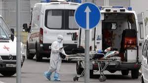 Petugas medis sedang membawa pasien covid-19 di Rusia-1633523059
