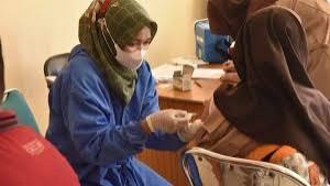 Petugas medis sedang menyuntikkan vaksin covid-19-1633881020