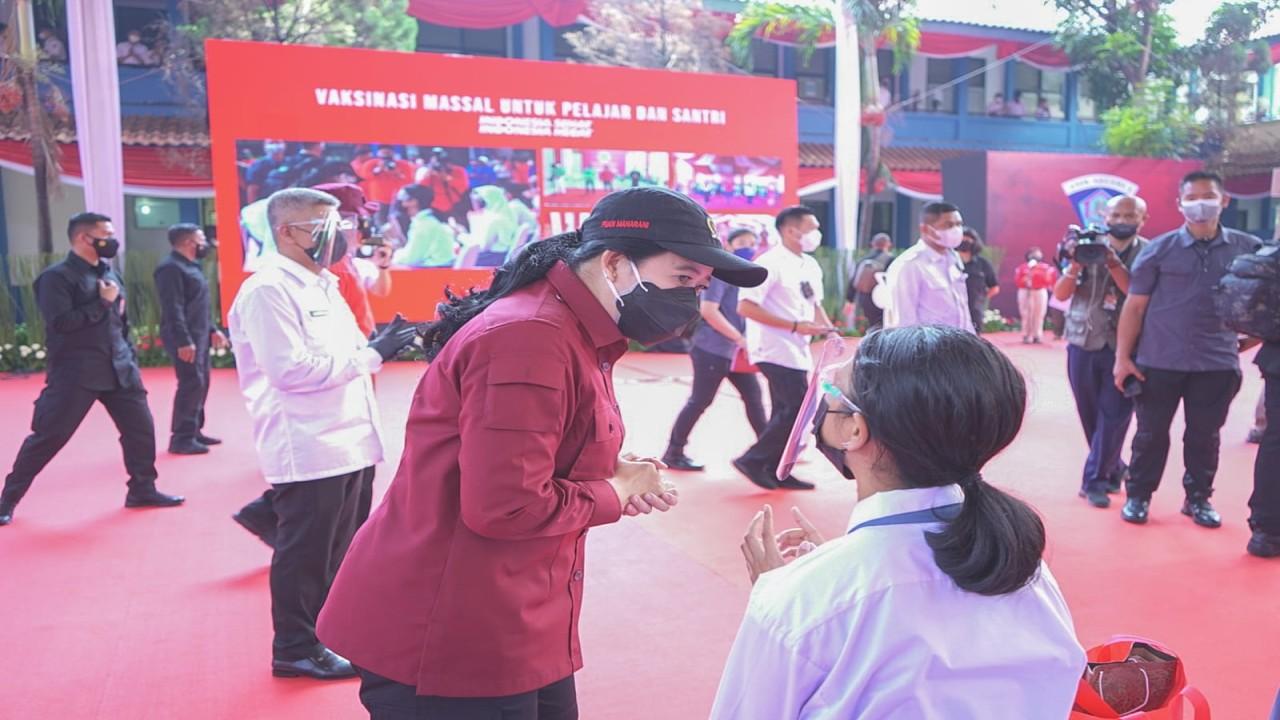 Ketua DPR RI Puan Maharani saat meninjau vaksinasi.
