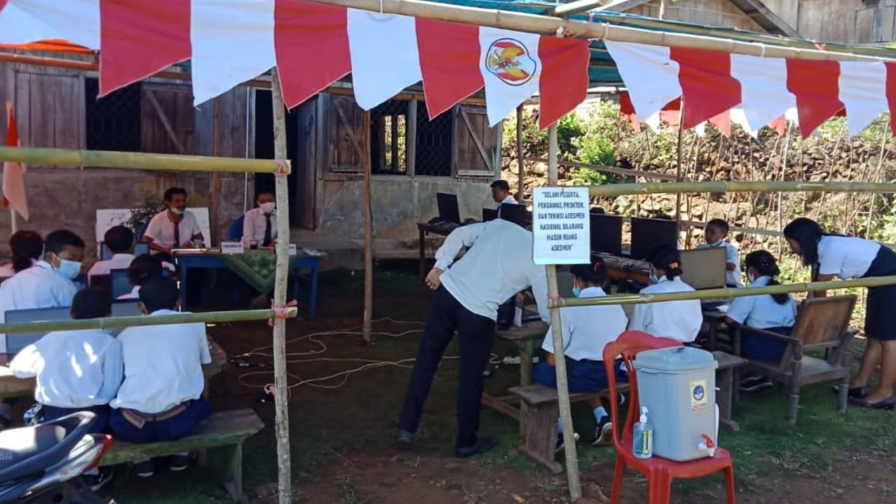 Siswa SMP Negeri 04 Pocoranaka sedang mengikuti kegiatan ANBK di salah satu rumah warga.Foto(FEC Media/Roby)