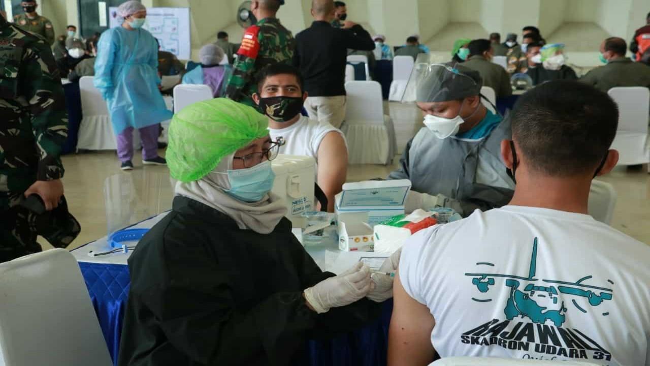 Petugas medis sedang memberikan vaksinasi covid-19 kepada warga/ist